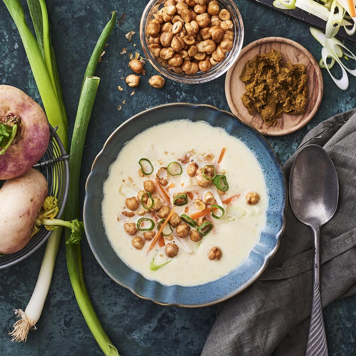 Green curry suppe med majroe, springlog, gulerodder og kikaerter